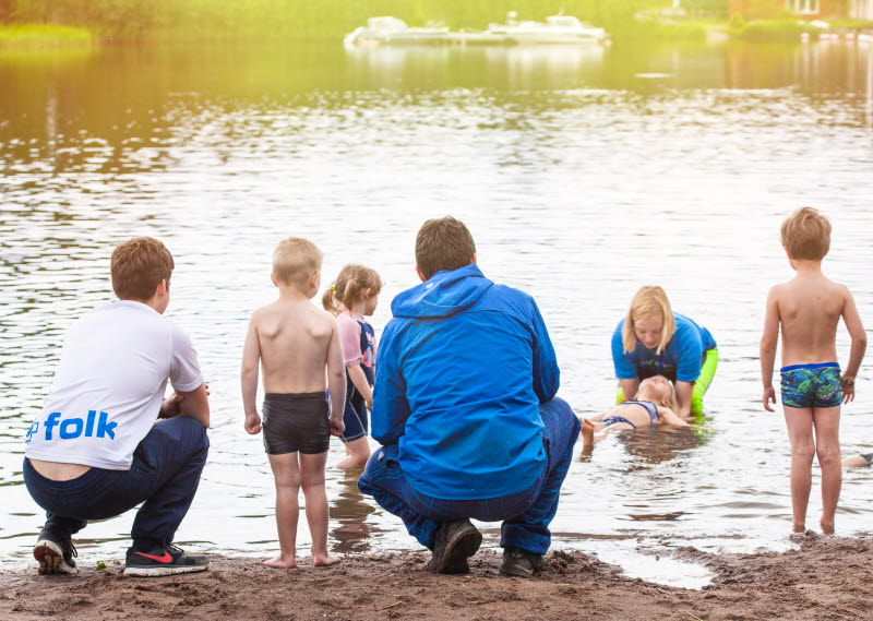Barn och ledare vid simskola