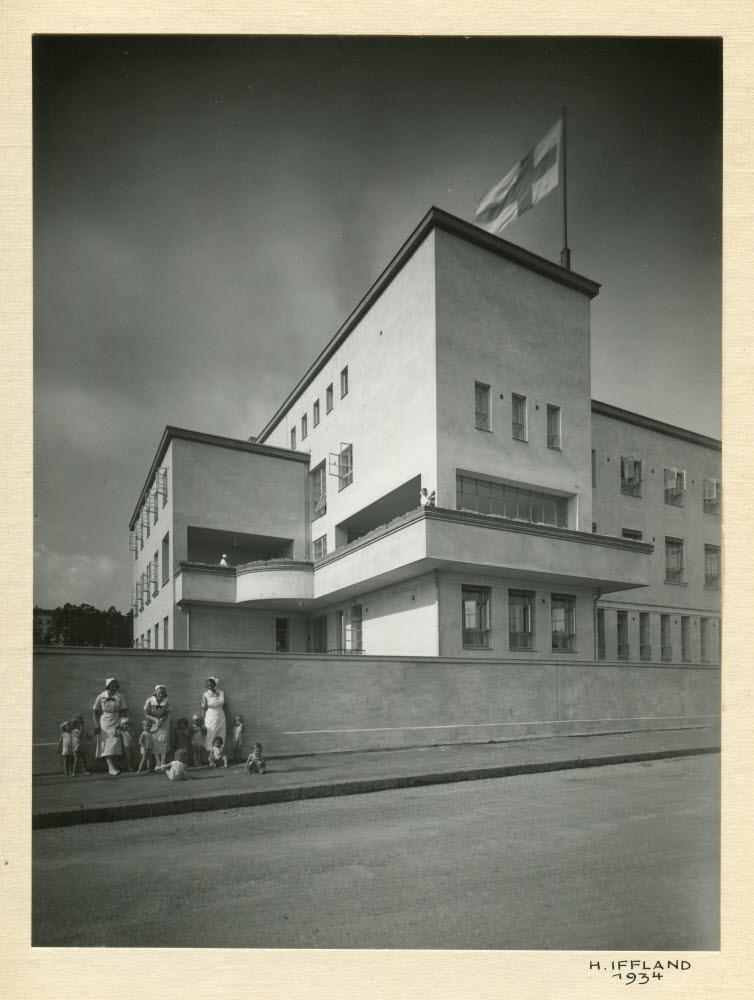 Personal och barn framför Folkhälsans huvudbyggnad 1934. Foto: Folkhälsans arkiv/H. Iffland