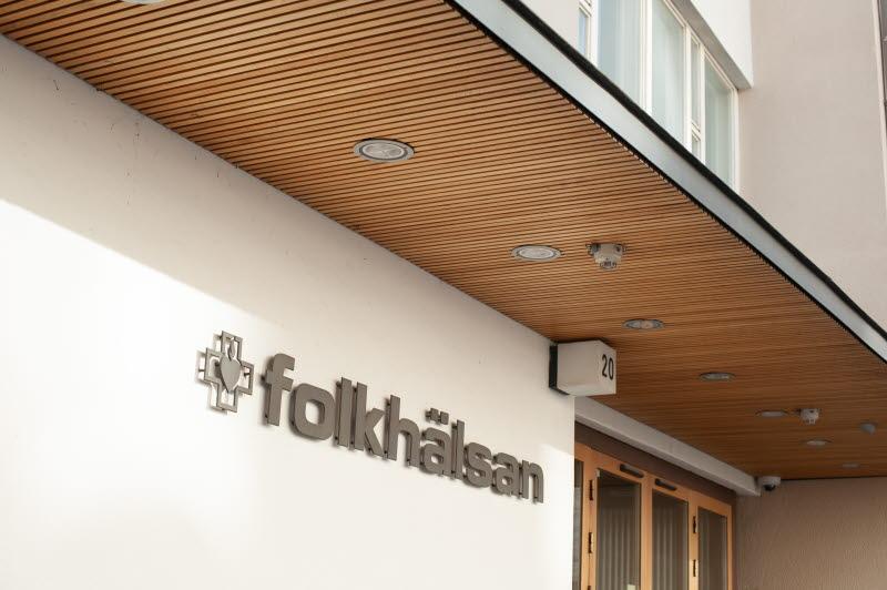 Folkhälsans huvudingång i Helsingfors